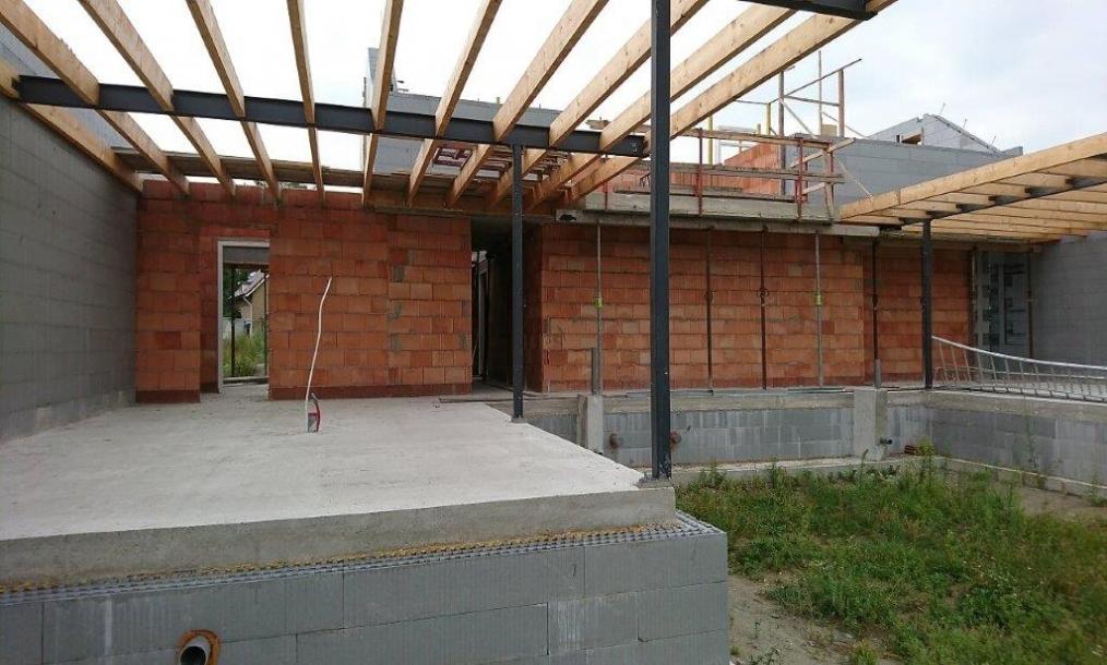 Foto van de toekomstige keuken en woonkamer met de passief bouwblokken en overstekken duidelijk zichtbaar