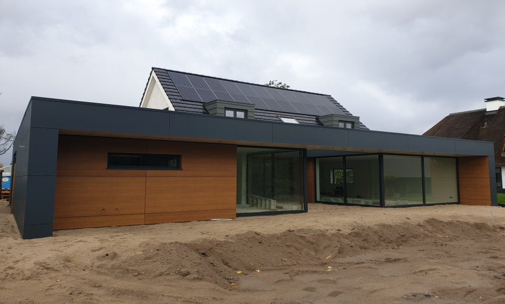 Moderne achtergevel energieneutrale woning Aalsmeer tijdens bouwwerkzaamheden
